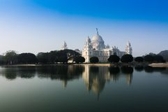Victoria Memorial, Kolkata, India - bezinning over water. Stock Afbeelding