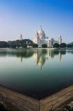 Victoria Memorial, Kolkata, India - bezinning over water. Stock Foto's