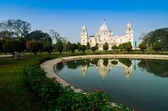 Victoria Memorial, Kolkata, India - bezinning over water. Stock Afbeeldingen