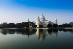 Victoria Memorial Kolkata, Indien - reflexion på vatten. fotografering för bildbyråer