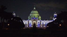 Victoria Memorial met veranderende lichten bij nacht, Kolkata, India wordt verlicht dat stock video