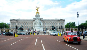 Victoria Memorial and red cab Royalty Free Stock Photos