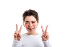 Victoria o gesto doble de la paz del muchacho hispánico con acné-propenso Imágenes de archivo libres de regalías