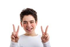 Victoria o gesto doble de la paz del muchacho hispánico con acné-propenso Fotografía de archivo