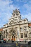 Victoria och Albert Museum byggnad i London i den soliga dagen royaltyfri bild