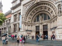 Victoria och Albert Museum fasad på en regnig Augusti dag, London Arkivbild