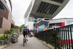 Victoria Peak Tower con el motorista y la bicicleta, Hong-Kong Fotos de archivo