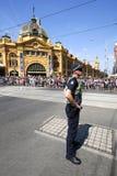 Victoria Police Constable fournissant la sécurité pendant le défilé de jour d'Australie à Melbourne images stock