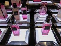 Victoria's Secret-Bombenduft auf Anzeige für Verkauf stockfotografie