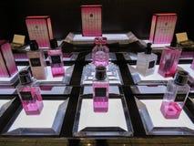 Victoria's Secret-Bombenduft auf Anzeige f?r Verkauf stockfotografie
