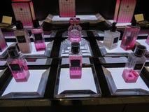Victoria's Secret-Bombenduft auf Anzeige f?r Verkauf lizenzfreie stockfotos