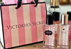 Victoria's Secret-perfum Flaschen und Einkaufstasche lizenzfreie stockbilder
