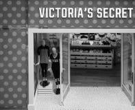 Victoria's Secret robi zakupy przy Uroczystym arkady centrum handlowym w Cambridge w czarny i biały obraz royalty free