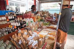 VICTORIA, SEYCHELLEN, 03 AUGUSTUS, 2018: Een vrouwen verkopende kruiden aan stock foto
