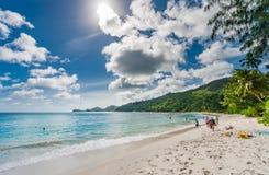 VICTORIA SEYCHELLERNA - MAJ 10, 2013: Publick strand i Seychellerna med få turister solig dag fotografering för bildbyråer