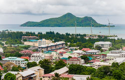 VICTORIA SEYCHELLERNA - MAJ 9, 2013: Seychellerna ö och huvudstad Victoria, Mahe ö Stadlandskap från berget som är direkt till po royaltyfri foto