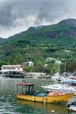 VICTORIA SEYCHELLERNA - MAJ 9, 2013: Seychellerna ö och huvudstad Victoria Port med skepp, berget och någon arkitektur arkivbilder