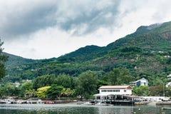 VICTORIA SEYCHELLERNA - MAJ 9, 2013: Seychellerna ö och huvudstad Victoria Port med skepp, berget och någon arkitektur arkivfoton