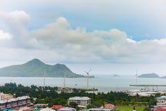 VICTORIA SEYCHELLERNA - MAJ 9, 2013: Seychellerna ö och huvudstad Victoria Port med skepp, berget, väderkvarnen, lokal architectu arkivbilder