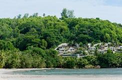 VICTORIA SEYCHELLERNA - MAJ 15, 2013: Strand i Seychellerna med byggnader i bakgrund fotografering för bildbyråer