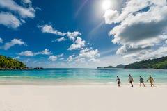 VICTORIA SEYCHELLERNA - MAJ 10, 2013: Turister går på stranden i Seychellerna, Mahe Island Perfekt foto för vykort royaltyfri fotografi