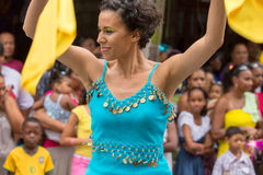 Victoria, Seychelles - 9 de febrero de 2013: Una mujer joven en azul Foto de archivo
