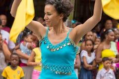 Victoria, Seychelles - 9 février 2013 : Une jeune femme dans le bleu Photo stock