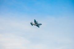 VICTORIA, SEYCHELLES - 9 DE MAYO DE 2013: Aeroplano militar que vuela en Seychelles, isla de Mahe Fotografía de archivo libre de regalías