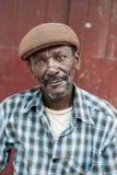 VICTORIA, SEYCHELLES - 9 DE MAYO DE 2013: Un hombre no identificado con el sombrero marrón en Victoria, Seychelles, Mahe Island q Fotografía de archivo