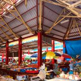 VICTORIA, SEYCHELLES, LE 3 AOÛT 2018 : Vendeurs de fruit détendant du photo libre de droits
