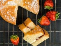 Victoria Sponge Cake With Strawberries cozida fotos de stock