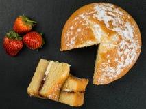 Victoria Sponge Cake With Strawberries cozida imagem de stock royalty free