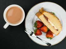 Victoria Sponge Cake With Strawberries cozida foto de stock royalty free