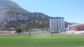 Victoria Stadium Gibraltar Ansicht von hinten Ziel mit Felsen im Hintergrund stockbild