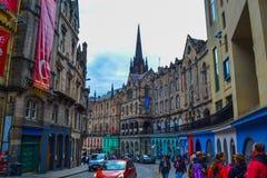 Victoria Street i den gamla staden, Edinburg, Skottland Kulör gata royaltyfria bilder