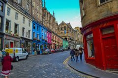 Victoria Street i den gamla staden, Edinburg, Skottland Kulör gata fotografering för bildbyråer