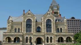 VICTORIA, TEJAS - 9 DE JUNIO DE 2019 - Victoria County Courthouse 1892, diseñada por J Riely Gordon en un día de verano soleado - almacen de metraje de vídeo