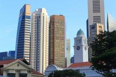 Victoria Theatre-und Konzertsaal-Glockenturm und Wolkenkratzer, Singapur Lizenzfreie Stockfotografie