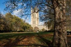 Victoria tornWestminster slott i solskenet fotografering för bildbyråer