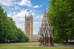 Victoria Tower (casas del parlamento) y Buxton Memorial Fountain tiraron de Victoria Tower Gardens, Londres, Reino Unido Fotografía de archivo