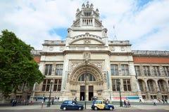 Victoria- und Albert-Museumsfassade mit den Leuten, die in London gehen Lizenzfreie Stockbilder