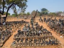VICTORIA VALT ZIMBABWE - OKTOBER 24: beeldjes van steen, 24 worden gesneden die 10, de markt van 2014 in Victoria-dalingen Zimbaw Royalty-vrije Stock Foto