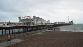 Victoriaans Brighton Pier, dat ook als de Paleispijler wordt bekend in Brighton, het Verenigd Koninkrijk stock videobeelden