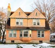 Victoriaans huis op zonnige de winterdag Stock Afbeeldingen