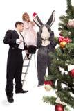 Victoriaans paar met konijn dichtbij een Kerstboom stock fotografie