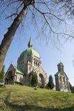 Victoriaanse baksteenkerk op een groene heuvel Stock Afbeelding