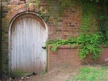 Victoriaanse deur - in de ommuurde tuin stock foto