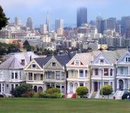 Victoriaanse huizen en de horizon van San Francisco royalty-vrije stock fotografie