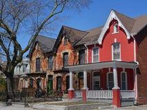 Victoriaanse huizen met geveltoppen Stock Afbeeldingen