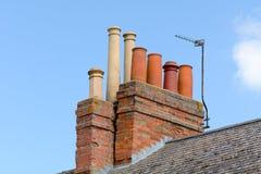 Victoriaanse schoorstenen op dak van de bouw Royalty-vrije Stock Fotografie